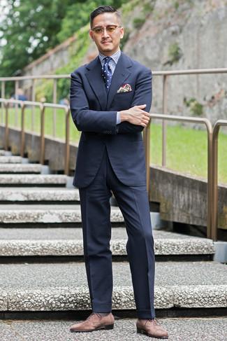 Dunkelblaue und weiße gepunktete Krawatte kombinieren – 341 Herren Outfits: Tragen Sie einen dunkelblauen Anzug und eine dunkelblaue und weiße gepunktete Krawatte, um vor Klasse und Perfektion zu strotzen. Suchen Sie nach leichtem Schuhwerk? Vervollständigen Sie Ihr Outfit mit braunen Wildleder Oxford Schuhen für den Tag.