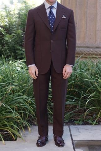 Dunkelblaue und weiße gepunktete Krawatte kombinieren – 341 Herren Outfits: Entscheiden Sie sich für einen dunkelbraunen Anzug und eine dunkelblaue und weiße gepunktete Krawatte für eine klassischen und verfeinerte Silhouette. Fühlen Sie sich mutig? Komplettieren Sie Ihr Outfit mit dunkelroten Leder Oxford Schuhen.