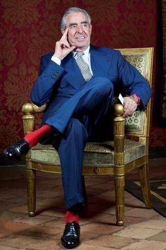 60 Jährige: Outfits Herren 2020: Kombinieren Sie einen blauen Anzug mit einem weißen Businesshemd für einen stilvollen, eleganten Look. Vervollständigen Sie Ihr Look mit schwarzen Leder Oxford Schuhen.