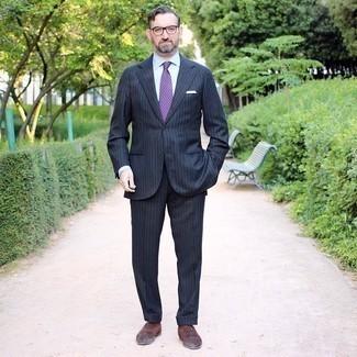 40 Jährige: Outfits Herren 2020: Kombinieren Sie einen dunkelblauen vertikal gestreiften Anzug mit einem weißen Businesshemd, um vor Klasse und Perfektion zu strotzen. Braune Wildleder Oxford Schuhe sind eine großartige Wahl, um dieses Outfit zu vervollständigen.