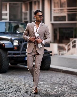 Beige Anzug kombinieren – 500+ Herren Outfits: Paaren Sie einen beige Anzug mit einem weißen Businesshemd für einen stilvollen, eleganten Look. Braune Leder Oxford Schuhe sind eine kluge Wahl, um dieses Outfit zu vervollständigen.