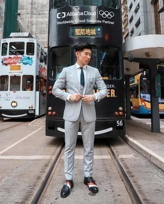 Türkise Socken kombinieren – 170 Herren Outfits: Kombinieren Sie einen grauen Anzug mit türkisen Socken für ein sonntägliches Mittagessen mit Freunden. Fühlen Sie sich ideenreich? Ergänzen Sie Ihr Outfit mit schwarzen Leder Oxford Schuhen.