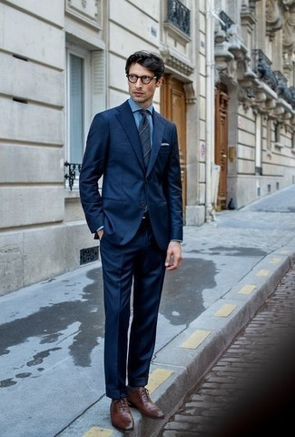 Dunkelgraue Socken kombinieren – 500+ Herren Outfits: Die Paarung aus einem dunkelblauen Anzug und dunkelgrauen Socken ist eine komfortable Wahl, um Besorgungen in der Stadt zu erledigen. Vervollständigen Sie Ihr Outfit mit braunen Leder Oxford Schuhen, um Ihr Modebewusstsein zu zeigen.