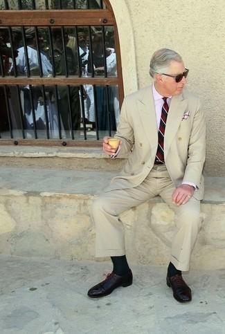 60 Jährige: Business Schuhe kombinieren – 542+ Herren Outfits: Kombinieren Sie einen hellbeige Anzug mit einem hellblauen Businesshemd für eine klassischen und verfeinerte Silhouette. Business Schuhe sind eine gute Wahl, um dieses Outfit zu vervollständigen.