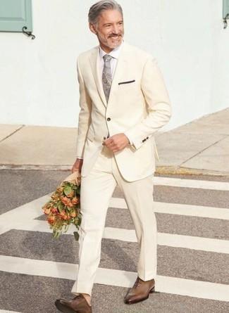 Einstecktuch kombinieren – 500+ Herren Outfits: Entscheiden Sie sich für einen hellbeige Anzug und ein Einstecktuch, um mühelos alles zu meistern, was auch immer der Tag bringen mag. Fühlen Sie sich mutig? Vervollständigen Sie Ihr Outfit mit braunen Leder Oxford Schuhen.