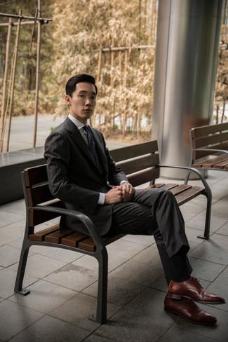 Dunkelgrauen vertikal gestreiften Anzug kombinieren – 230 Herren Outfits: Paaren Sie einen dunkelgrauen vertikal gestreiften Anzug mit einem weißen Businesshemd für einen stilvollen, eleganten Look. Ergänzen Sie Ihr Look mit braunen Leder Oxford Schuhen.