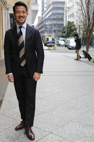 Schwarzes Einstecktuch kombinieren – 441 Herren Outfits: Kombinieren Sie einen schwarzen Anzug mit einem schwarzen Einstecktuch für ein sonntägliches Mittagessen mit Freunden. Machen Sie Ihr Outfit mit dunkelbraunen Leder Oxford Schuhen eleganter.