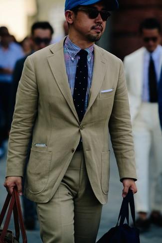 Wie kombinieren: hellbeige Anzug, blaues Businesshemd mit Vichy-Muster, olivgrüne Shopper Tasche aus Segeltuch, blaue Baseballkappe