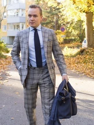 Hellblaues Businesshemd kombinieren: trends 2020: Kombinieren Sie ein hellblaues Businesshemd mit einem grauen Anzug mit Schottenmuster für einen stilvollen, eleganten Look.