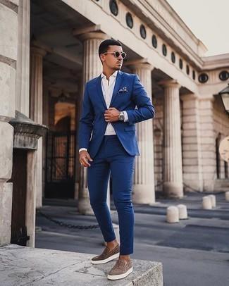 Silberne Uhr kombinieren – 776+ Elegante Herren Outfits: Vereinigen Sie einen blauen Anzug mit einer silbernen Uhr für ein sonntägliches Mittagessen mit Freunden. Vervollständigen Sie Ihr Look mit braunen Slip-On Sneakers aus Leder.