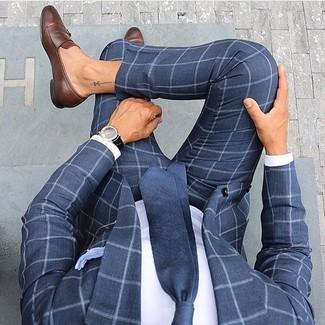 Wie kombinieren: dunkelblauer Anzug mit Karomuster, weißes Businesshemd, braune Leder Slipper, dunkelblaue Krawatte