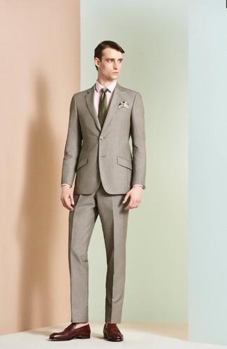 Wie kombinieren: brauner Anzug, rosa Businesshemd, dunkelrote Leder Slipper, olivgrüne bedruckte Krawatte