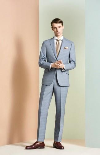 Wie kombinieren: hellblauer Anzug mit Karomuster, weißes Businesshemd, dunkelrote Leder Slipper, hellbeige Krawatte