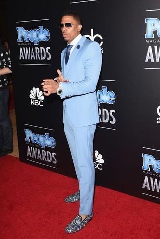 Wie kombinieren: hellblauer Anzug, weißes Businesshemd, silberne Paillette Slipper, dunkelblaue Seidekrawatte