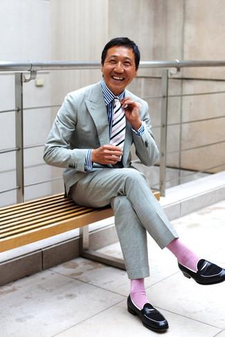 Wie kombinieren: grauer Anzug, weißes und dunkelblaues vertikal gestreiftes Businesshemd, schwarze Leder Slipper, weiße und schwarze vertikal gestreifte Krawatte