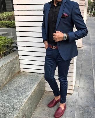 Wie kombinieren: dunkelblauer Anzug, schwarzes Businesshemd, rote Leder Slipper, dunkelrotes gepunktetes Einstecktuch