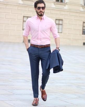 Wie kombinieren: dunkelblauer Anzug, rosa Businesshemd, braune Leder Slipper, brauner Ledergürtel