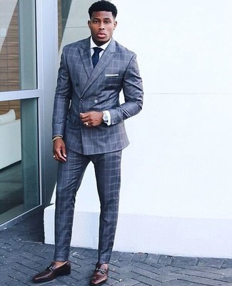 Wie kombinieren: blauer Anzug mit Karomuster, weißes Businesshemd, dunkelbraune Leder Slipper, dunkelblaue Krawatte