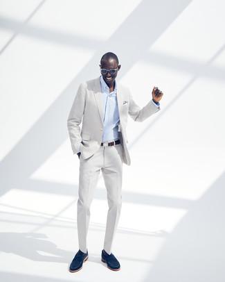 Wie kombinieren: grauer Anzug, hellblaues vertikal gestreiftes Businesshemd, dunkelblaue Wildleder Slipper, dunkelbrauner Ledergürtel