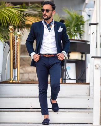 Wie kombinieren: dunkelblauer Anzug, weißes Businesshemd, dunkelblaue Wildleder Slipper, weißes Einstecktuch