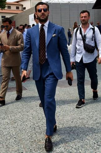Wie kombinieren: dunkelblauer Anzug, weißes Businesshemd, schwarze geflochtene Leder Slipper, dunkelrote bedruckte Krawatte