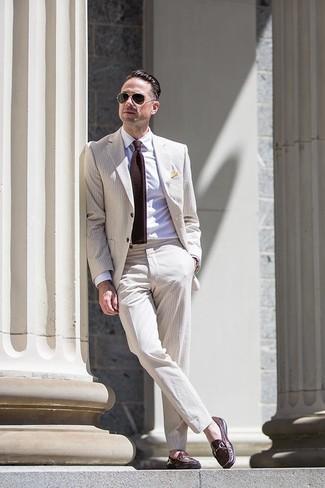 Wie kombinieren: hellbeige Anzug aus Seersucker, weißes Businesshemd, dunkelbraune Leder Slipper, dunkelbraune Strick Krawatte
