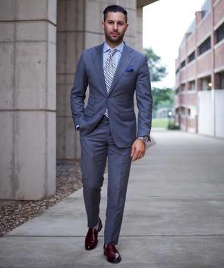 Wie kombinieren: blauer Anzug, hellblaues Businesshemd, dunkelrote Leder Slipper, hellblaue vertikal gestreifte Krawatte