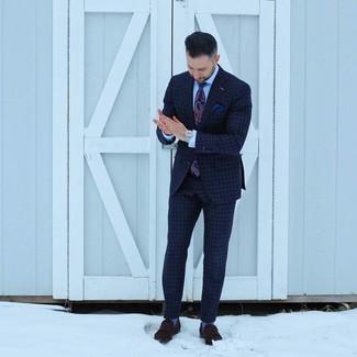 Wie kombinieren: dunkelblauer Anzug mit Karomuster, hellblaues Businesshemd, dunkelbraune Wildleder Slipper, dunkelblaue Krawatte mit Paisley-Muster