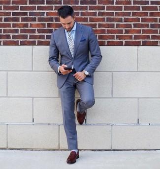 Wie kombinieren: blauer Anzug, hellblaues Businesshemd, braune Leder Slipper, hellblaue vertikal gestreifte Krawatte
