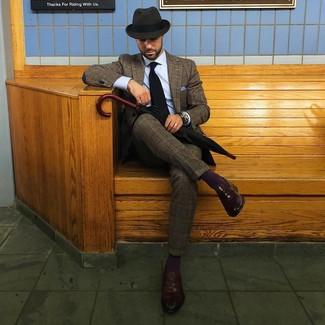 Wie kombinieren: brauner Wollanzug mit Schottenmuster, hellblaues Businesshemd, dunkelbraune Leder Slipper, dunkelgrauer Wollhut
