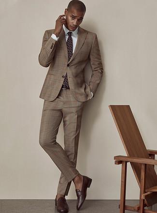 Dunkelbraune Leder Slipper kombinieren: Etwas Einfaches wie die Wahl von einem braunen Anzug mit Schottenmuster und einem weißen Businesshemd kann Sie von der Menge abheben. Dunkelbraune Leder Slipper fügen sich nahtlos in einer Vielzahl von Outfits ein.