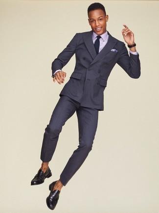 Schwarze Leder Slipper kombinieren: trends 2020: Erwägen Sie das Tragen von einem dunkelgrauen vertikal gestreiften Anzug und einem hellvioletten Businesshemd, um vor Klasse und Perfektion zu strotzen. Schwarze Leder Slipper sind eine perfekte Wahl, um dieses Outfit zu vervollständigen.