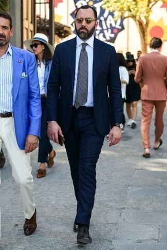Dunkelblauen Anzug kombinieren: trends 2020: Paaren Sie einen dunkelblauen Anzug mit einem weißen Businesshemd für eine klassischen und verfeinerte Silhouette. Wenn Sie nicht durch und durch formal auftreten möchten, ergänzen Sie Ihr Outfit mit dunkelroten Leder Slippern.