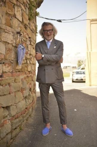 Hellblaue Wildleder Slipper kombinieren: trends 2020: Vereinigen Sie einen grauen Anzug mit einem weißen Businesshemd, um vor Klasse und Perfektion zu strotzen. Wenn Sie nicht durch und durch formal auftreten möchten, entscheiden Sie sich für hellblauen Wildleder Slipper.