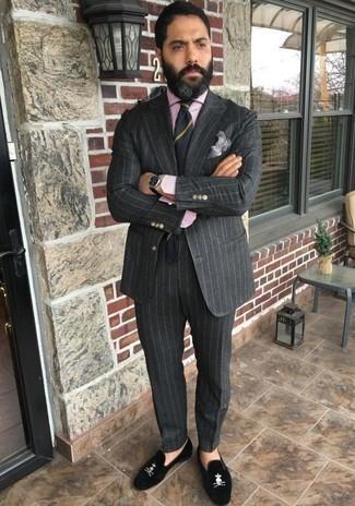 Businesshemd kombinieren: trends 2020: Machen Sie sich mit einem Businesshemd und einem dunkelgrauen vertikal gestreiften Anzug einen verfeinerten, eleganten Stil zu Nutze. Vervollständigen Sie Ihr Look mit schwarzen Samt Slippern.