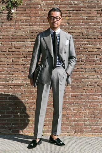 Schwarze Strick Krawatte kombinieren: trends 2020: Kombinieren Sie einen grauen Anzug mit einer schwarzen Strick Krawatte, um vor Klasse und Perfektion zu strotzen. Suchen Sie nach leichtem Schuhwerk? Komplettieren Sie Ihr Outfit mit schwarzen Samt Slippern für den Tag.