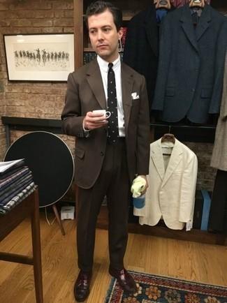 Dunkelrote Leder Slipper kombinieren: trends 2020: Entscheiden Sie sich für einen dunkelbraunen Anzug und ein weißes Businesshemd für eine klassischen und verfeinerte Silhouette. Dunkelrote Leder Slipper verleihen einem klassischen Look eine neue Dimension.