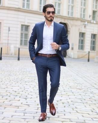 Braunes Lederarmband kombinieren: trends 2020: Kombinieren Sie einen dunkelblauen Anzug mit einem braunen Lederarmband für ein Alltagsoutfit, das Charakter und Persönlichkeit ausstrahlt. Ergänzen Sie Ihr Outfit mit rotbraunen Leder Slippern, um Ihr Modebewusstsein zu zeigen.