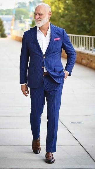 Blauen vertikal gestreiften Anzug kombinieren: trends 2020: Erwägen Sie das Tragen von einem blauen vertikal gestreiften Anzug und einem weißen Businesshemd, um vor Klasse und Perfektion zu strotzen. Fühlen Sie sich mutig? Vervollständigen Sie Ihr Outfit mit braunen Leder Slippern.
