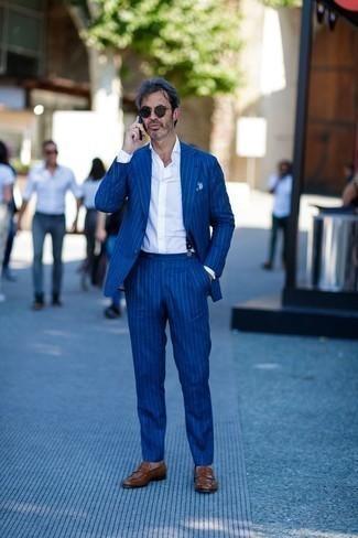 Dunkelblauen Hosenträger kombinieren: trends 2020: Kombinieren Sie einen blauen vertikal gestreiften Anzug mit einem dunkelblauen Hosenträger für ein sonntägliches Mittagessen mit Freunden. Fühlen Sie sich mutig? Vervollständigen Sie Ihr Outfit mit braunen Leder Slippern.