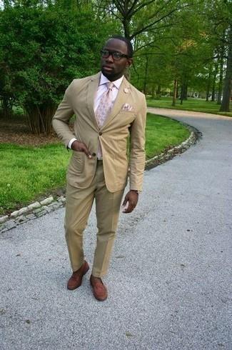 Hellbeige Einstecktuch kombinieren: trends 2020: Kombinieren Sie einen beige Anzug mit einem hellbeige Einstecktuch für ein sonntägliches Mittagessen mit Freunden. Braune Leder Slipper bringen Eleganz zu einem ansonsten schlichten Look.
