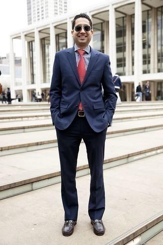 Weißes und dunkelblaues vertikal gestreiftes Businesshemd kombinieren: trends 2020: Geben Sie den bestmöglichen Look ab in einem weißen und dunkelblauen vertikal gestreiften Businesshemd und einem dunkelblauen Anzug. Dieses Outfit passt hervorragend zusammen mit dunkelbraunen Leder Slippern.