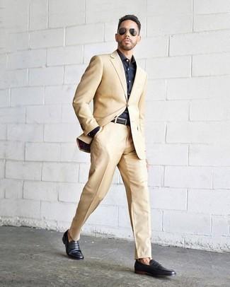 Dunkelblaues Businesshemd kombinieren: trends 2020: Entscheiden Sie sich für ein dunkelblaues Businesshemd und einen hellbeige Anzug für einen stilvollen, eleganten Look. Wenn Sie nicht durch und durch formal auftreten möchten, entscheiden Sie sich für schwarzen Leder Slipper.
