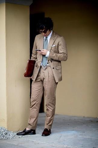 Rotbraune Leder Clutch Handtasche kombinieren – 173 Herren Outfits: Die Kombination von einem beige Anzug und einer rotbraunen Leder Clutch Handtasche erlaubt es Ihnen, Ihren Freizeitstil klar und einfach zu halten. Dunkelrote Leder Slipper sind eine einfache Möglichkeit, Ihren Look aufzuwerten.