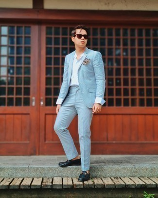 Hellblauen vertikal gestreiften Anzug kombinieren – 11 Herren Outfits: Kombinieren Sie einen hellblauen vertikal gestreiften Anzug mit einem weißen Businesshemd für eine klassischen und verfeinerte Silhouette. Wenn Sie nicht durch und durch formal auftreten möchten, ergänzen Sie Ihr Outfit mit dunkelblauen Leder Slippern.