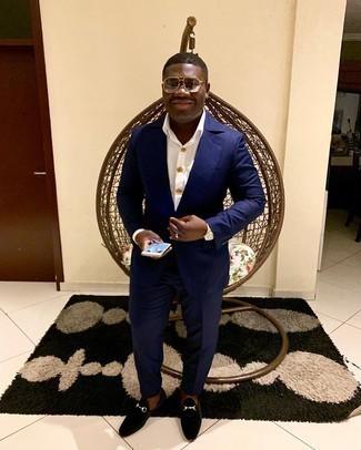 Schwarze Samt Slipper kombinieren – 78 Herren Outfits: Entscheiden Sie sich für einen klassischen Stil in einem dunkelblauen Anzug und einem weißen Businesshemd. Fühlen Sie sich mutig? Ergänzen Sie Ihr Outfit mit schwarzen Samt Slippern.