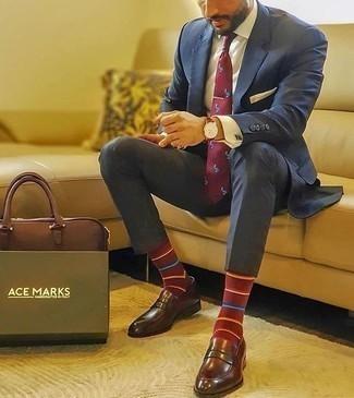 Rotbraune Lederuhr kombinieren – 500+ Herren Outfits: Tragen Sie einen dunkelblauen Anzug und eine rotbraune Lederuhr, um mühelos alles zu meistern, was auch immer der Tag bringen mag. Fügen Sie dunkelroten Leder Slipper für ein unmittelbares Style-Upgrade zu Ihrem Look hinzu.