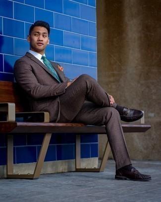 Türkise bedruckte Krawatte kombinieren – 23 Herren Outfits: Kombinieren Sie einen dunkelbraunen Anzug mit Schottenmuster mit einer türkisen bedruckten Krawatte für eine klassischen und verfeinerte Silhouette. Wenn Sie nicht durch und durch formal auftreten möchten, komplettieren Sie Ihr Outfit mit dunkelbraunen Leder Slippern.