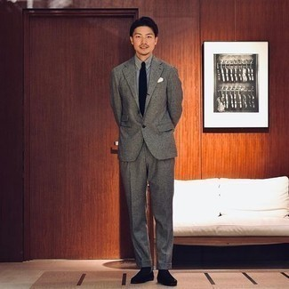 Schwarze Wildleder Slipper kombinieren – 384 Herren Outfits: Kombinieren Sie einen grauen Wollanzug mit einem grauen Businesshemd für eine klassischen und verfeinerte Silhouette. Machen Sie diese Aufmachung leger mit schwarzen Wildleder Slippern.