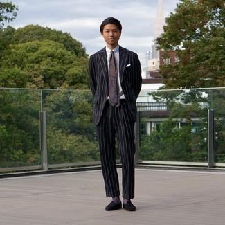 Schwarze Wildleder Slipper kombinieren – 384 Herren Outfits: Kombinieren Sie einen schwarzen vertikal gestreiften Anzug mit einem weißen Businesshemd für einen stilvollen, eleganten Look. Schwarze Wildleder Slipper fügen sich nahtlos in einer Vielzahl von Outfits ein.